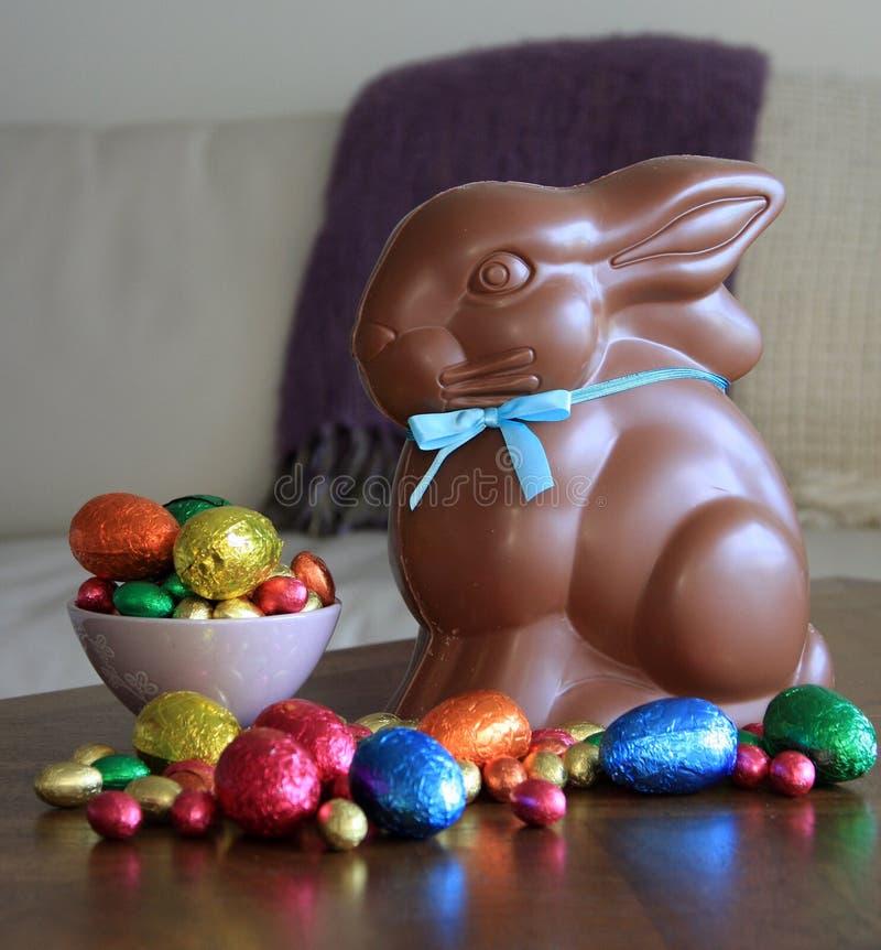 Czekoladowy królik z Wielkanocnymi jajkami na stole zdjęcia stock