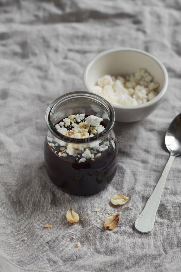 Download Czekoladowy Pudding Z Beza Orzechami Włoskimi I Kruszkami Zdjęcie Stock - Obraz złożonej z kopiasty, arachid: 53786698