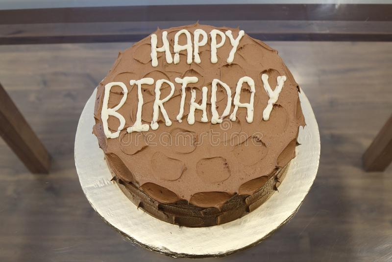 Czekoladowy tort w średnim brązie, wszystkiego najlepszego z okazji urodzin tekst w bielu fotografia royalty free