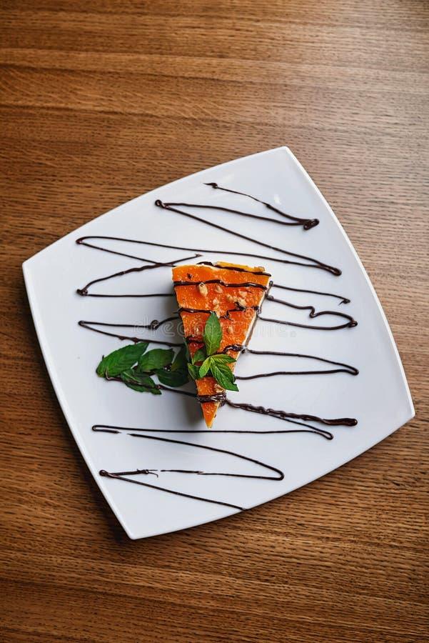 Czekoladowy tort w sproszkowanym cukierze obraz stock