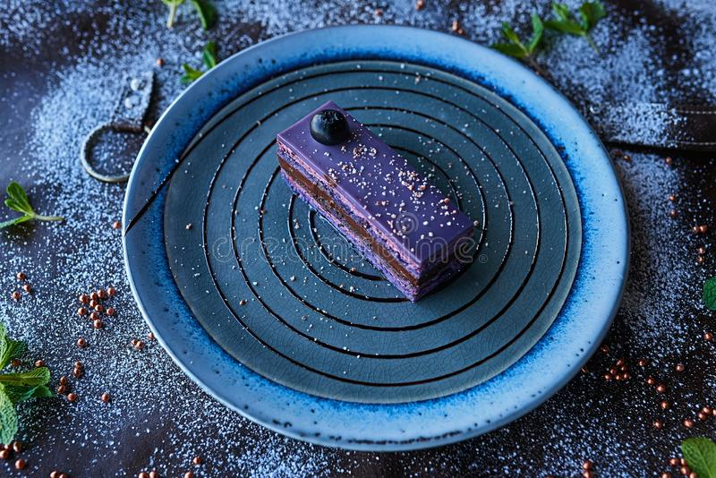 Czekoladowy tort w sproszkowanym cukierze fotografia royalty free