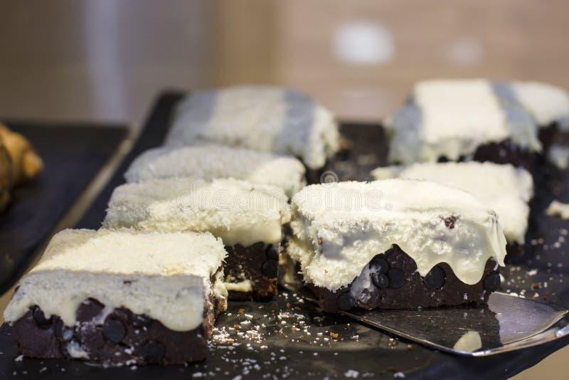 Czekoladowy tort z białymi glazurowania i koksu układami scalonymi zdjęcia stock