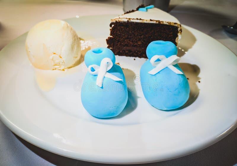 Czekoladowy tort z waniliowym lody na round bielu talerzu obrazy stock