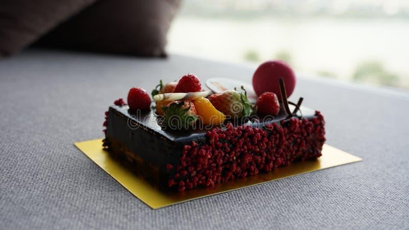 Czekoladowy urodzinowy tort z macaron zdjęcia stock