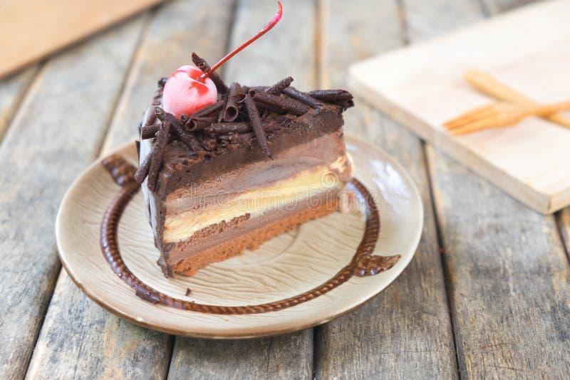 Czekoladowy warstwa tort z wiśni nakrywać obrazy stock