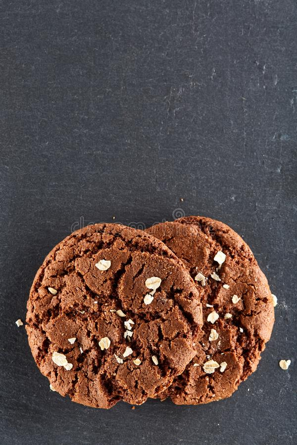 Czekoladowych układów scalonych ciastka odizolowywający na czarnym tle, makro-, zakończenie, pionowo obrazy royalty free