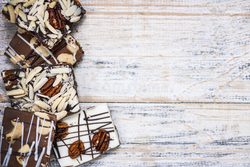 Czekolady barkentyna na drewnianym tle obrazy stock