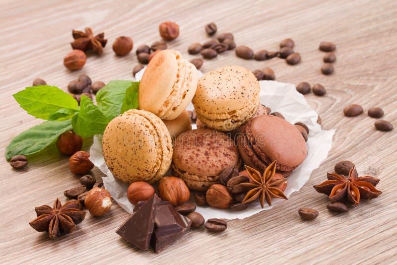 Czekolady, kawy i numeg macaroons, zdjęcie stock