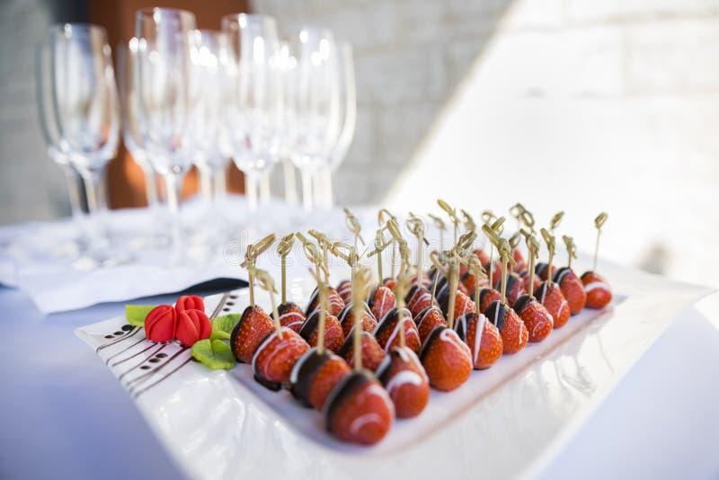 Czekolady zamaczać truskawki słuzyć przy wydarzenie cateringu przyjęciem zdjęcie royalty free