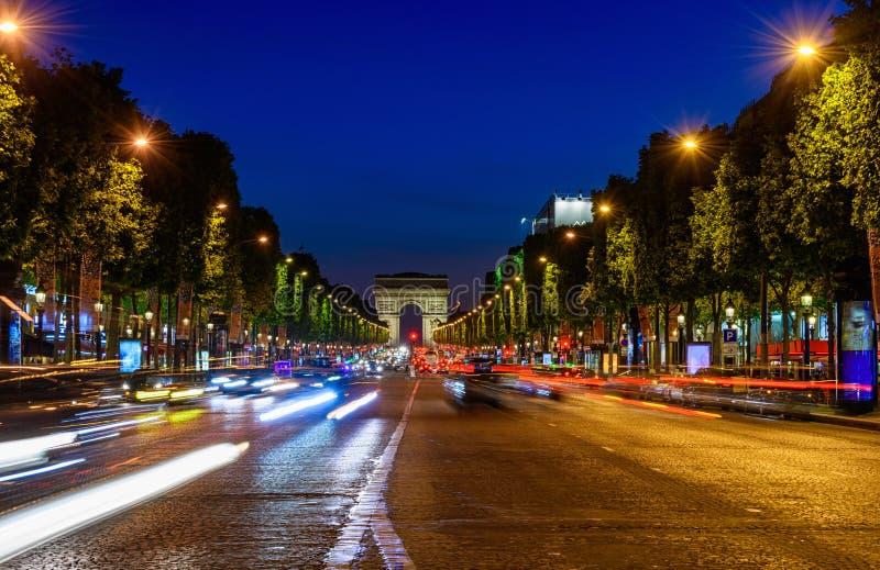 czempiony De Triomphe przy nocą w Paryż i Łuk zdjęcie royalty free