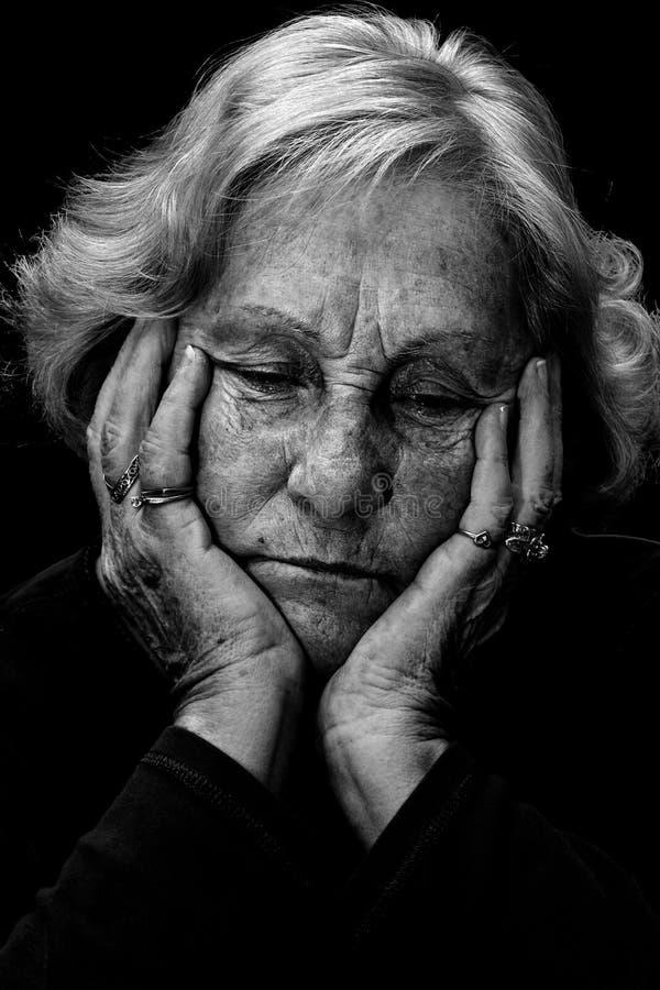 czerń biała kobieta przygnębiona starsza zdjęcia stock