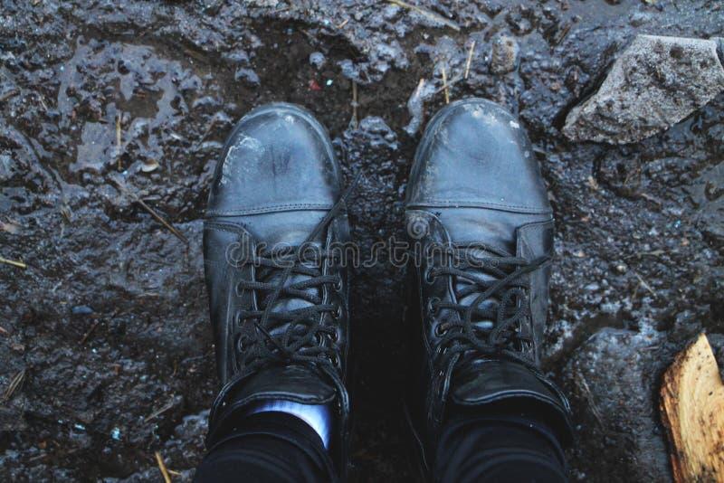 Czerń buty w błocie na widok obrazy royalty free