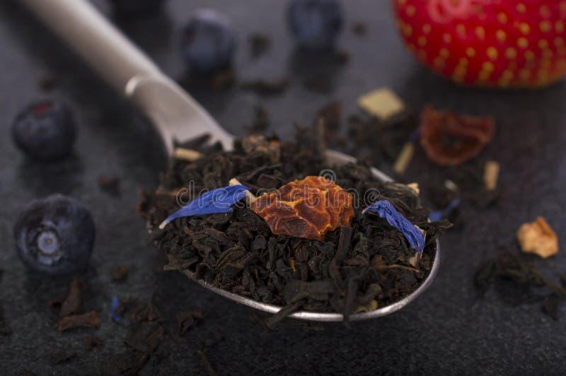 Czerń flavoured herbata w łyżce fotografia royalty free