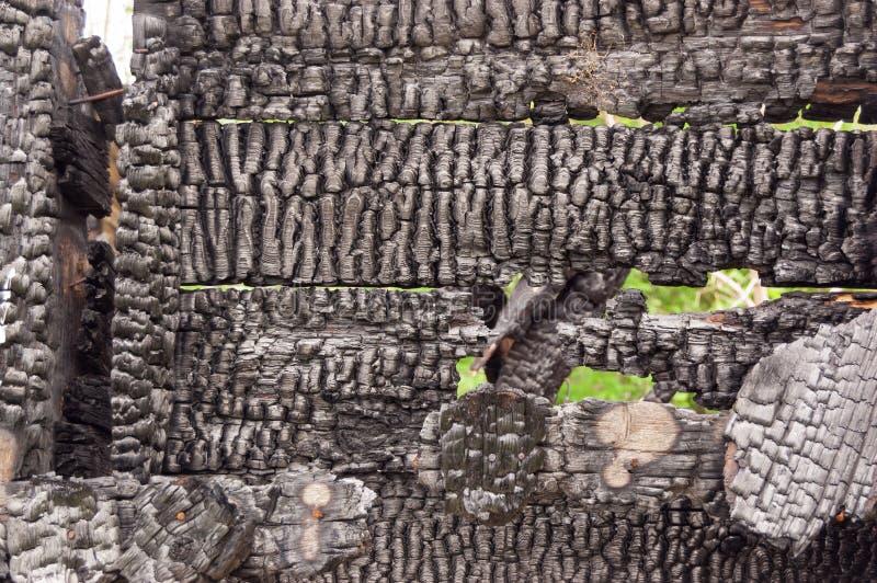 Czerń palił ścianę dom drewniane deski z embossed teksturą tło dla kopii przestrzeni pojęcie strata nieruchomość lub obraz royalty free