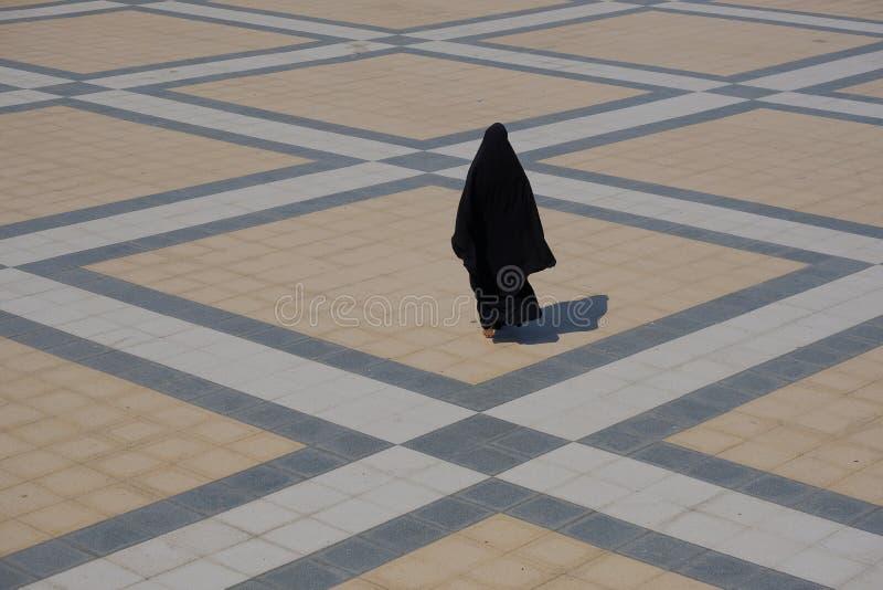 Czerń przesłaniający kobiety odprowadzenie obrazy stock