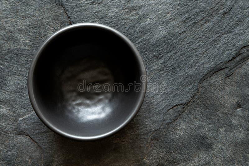 Czerń pusty ceramiczny puchar na zmroku popielatym łupku z góry Przestrze? dla teksta zdjęcie stock