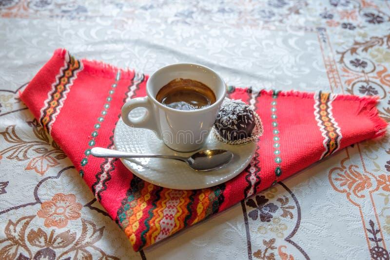 Czerń strzelający kawa espresso z czekoladą zdjęcia stock