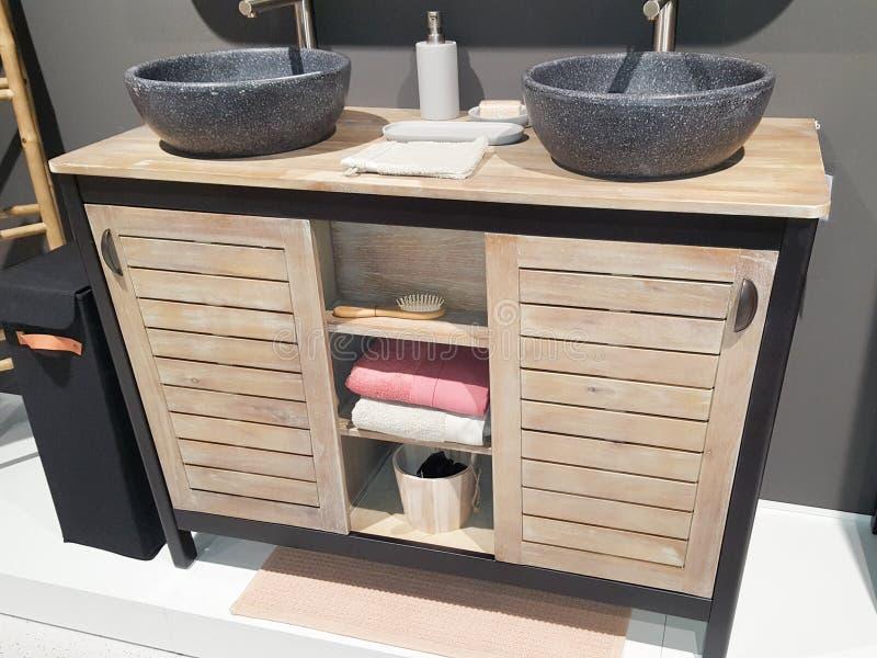 Czerń tonie w nowożytnej przemysłowej drewnianej łazience fotografia royalty free