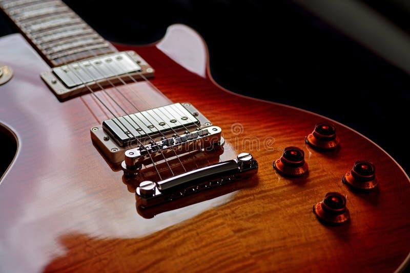 Czereśniowej rewolucjonistki gitary elektrycznej ciało z Czarnym tłem obrazy royalty free