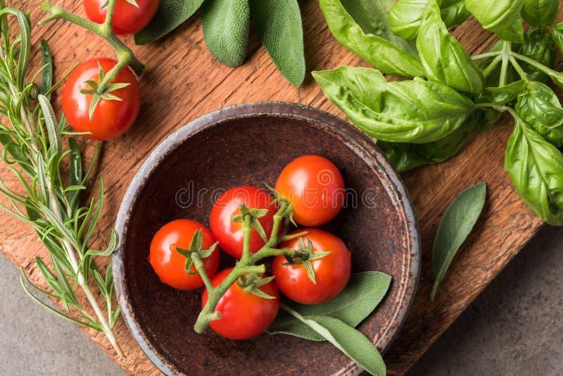 Czereśniowi pomidory i świezi ziele zdjęcie royalty free