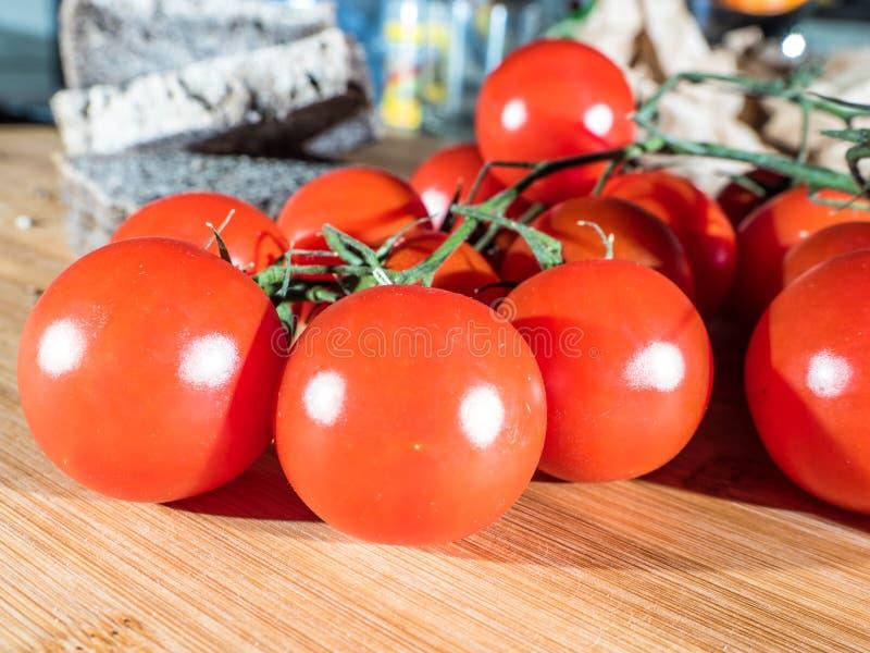Czereśniowi pomidory i chleb dla healty jedzenia obrazy royalty free