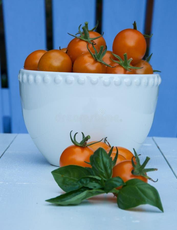 Czereśniowi pomidory w białym pucharze obraz stock