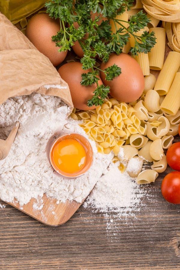 czereśniowi tło składniki odizolowywali makaronu spaghetti pomidorowego biel obrazy royalty free