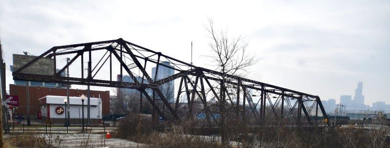Czereśniowy aleja most na Mgłowym ranku fotografia royalty free