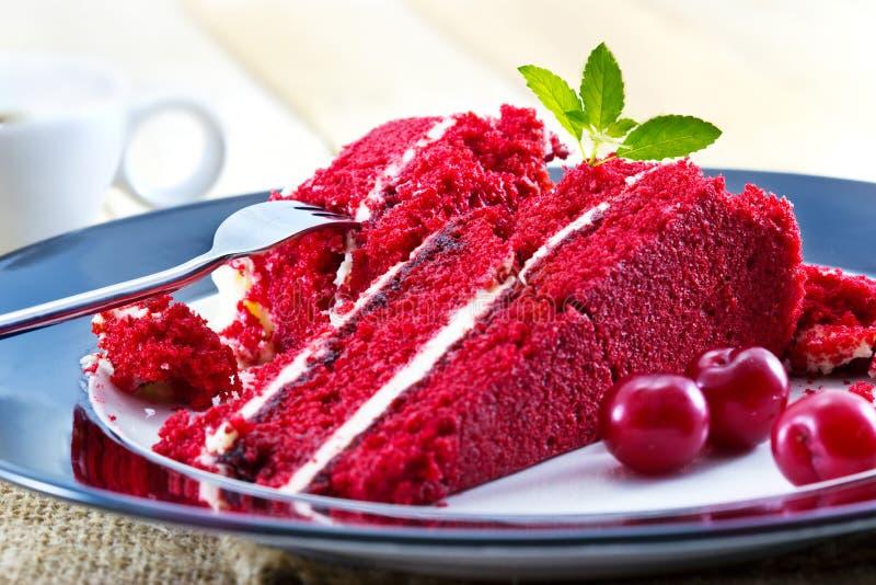 Czereśniowy cheesecake i plasterki surowa wiśnia z mennicą, wyśmienicie deser z kawą obrazy stock