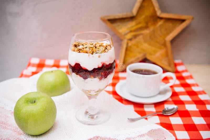 Czereśniowy jogurtu parfait z crispy filiżanką herbata i granola fotografia stock