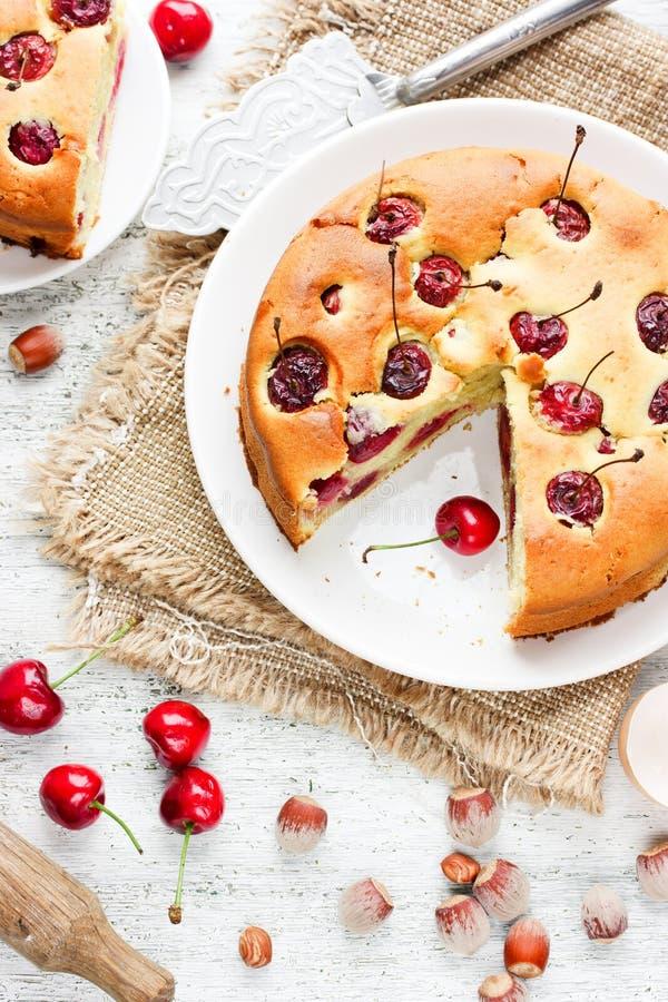 Czereśniowy kulebiak - wyśmienicie tort z wiśnią i dokrętkami na białym kitche fotografia stock