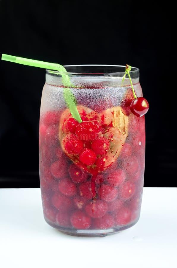 Czereśniowy napój i serce na słoju zdjęcia stock