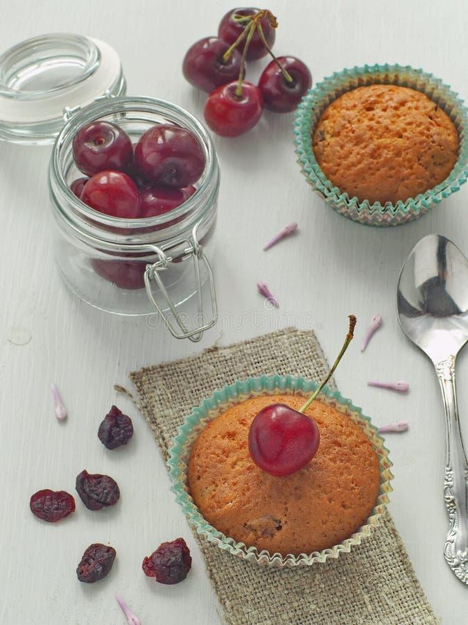 Czereśniowy słodka bułeczka na drewnianego stół pionowo Selekcyjna ostrość na frontowy słodka bułeczka stonowany zdjęcie royalty free