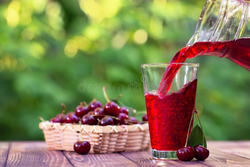 Czereśniowy soku dolewanie w szkło obraz royalty free