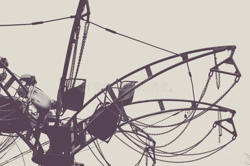 Czerep carousel w zaniechanym parku zdjęcie stock
