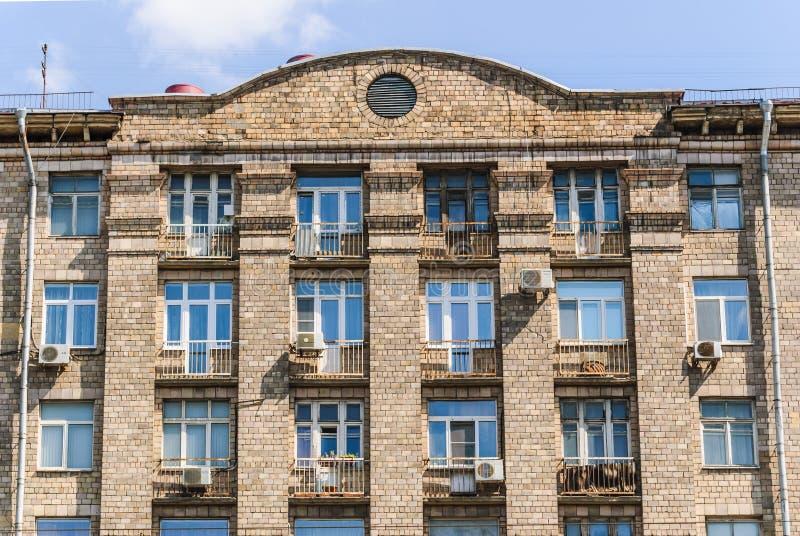 Czerep fasada kondygnacja ceglany budynek mieszkaniowy, budująca w 1960 na Prospekcie Mira zdjęcia stock