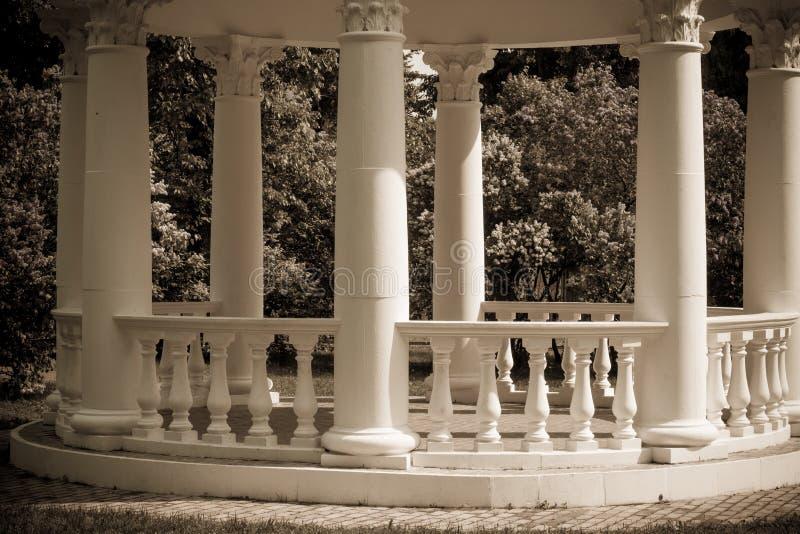 Czerep gazebo w kwitnącym wiosna parku obraz royalty free