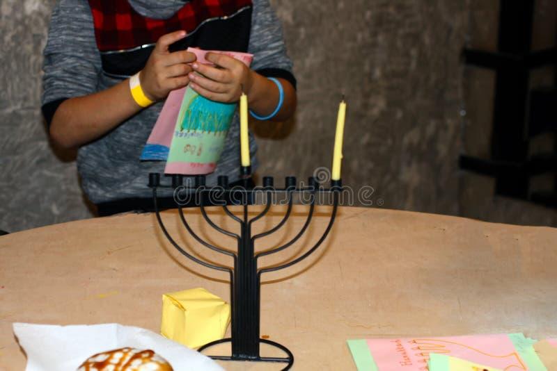 Czerep Hanukkah jest czarny duży kropli zieleni liść makro- fotografii woda zdjęcia royalty free