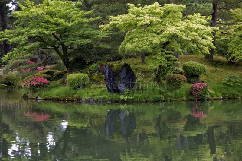 Czerep Japoński ogród z ostrożnie ustawionymi skałami i obraz stock