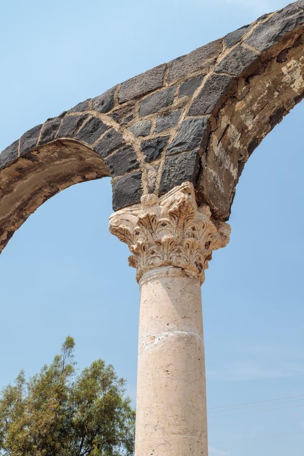 Czerep kolumna w ruinach Kursi - wielki Bizantyjski wieka monaster na brzeg Jeziorny Tiberias na Golan Heig, obraz stock