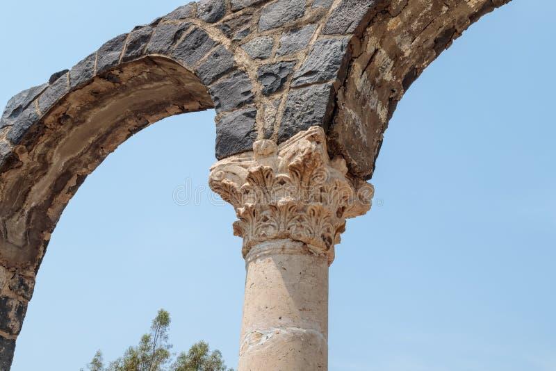Czerep kolumna w ruinach Kursi - wielki Bizantyjski wieka monaster na brzeg Jeziorny Tiberias na Golan Heig, obrazy stock