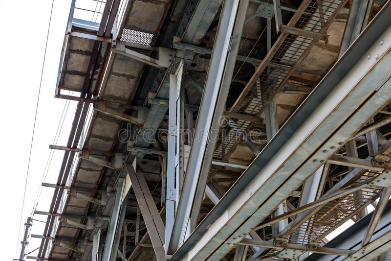 Czerep metalu pociągu most w przemysłowym terenie zdjęcie royalty free