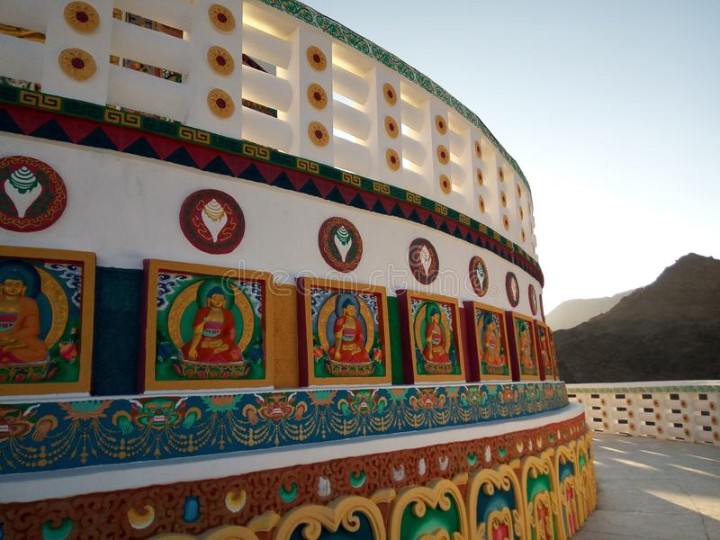 Czerep Sławnej atrakci turystycznej Shanti Spokojna stupa, pokój pagoda blisko Leh, Ladakh, Jammu i Kaszmir, India zdjęcie stock