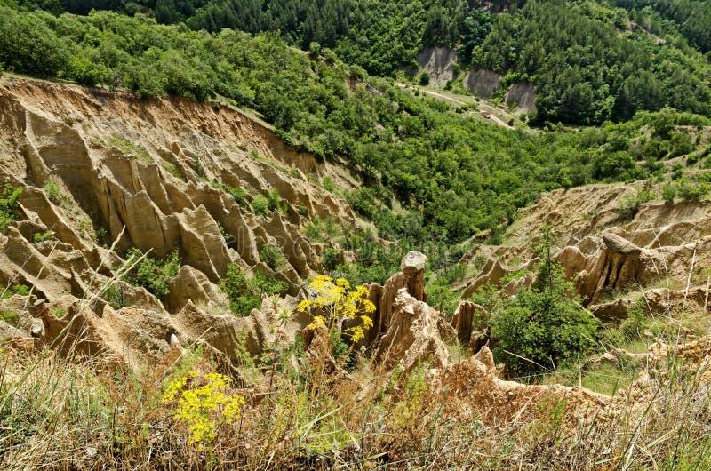 Czerep sławni Stob ostrosłupy z niezwykłą kształt czerwienią, żółtymi rockowymi formacje, zieleni krzaki i drzewa, wokoło fotografia stock