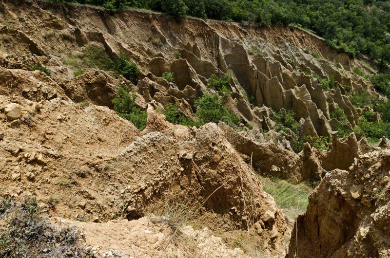 Czerep sławni Stob ostrosłupy z niezwykłą kształt czerwienią, żółtymi rockowymi formacje, zieleni krzaki i drzewa, wokoło zdjęcia stock