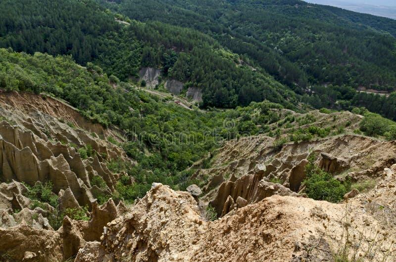 Czerep sławni Stob ostrosłupy z niezwykłą kształt czerwienią, żółtymi rockowymi formacje, zieleni krzaki i drzewa, wokoło zdjęcia royalty free