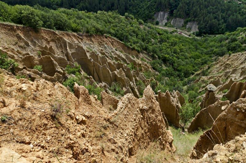 Czerep sławni Stob ostrosłupy z niezwykłą kształt czerwienią, żółtymi rockowymi formacje, zieleni krzaki i drzewa, wokoło obrazy royalty free