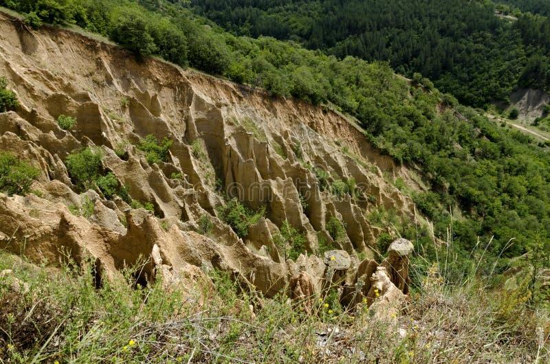 Czerep sławni Stobs ostrosłupy z niezwykłą kształt czerwienią, żółtymi rockowymi formacje, zieleni krzaki i drzewa, wokoło fotografia royalty free