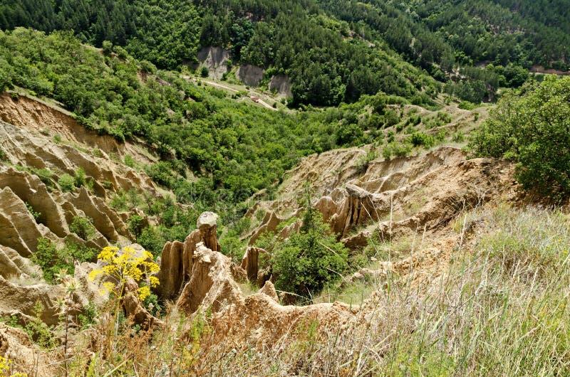 Czerep sławni Stobs ostrosłupy z niezwykłą kształt czerwienią, żółtymi rockowymi formacje, zieleni krzaki i drzewa, wokoło obraz royalty free