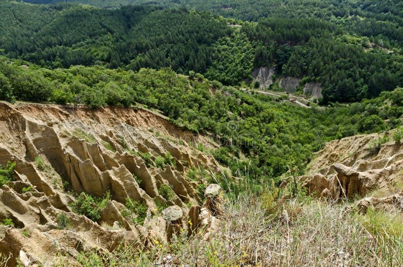 Czerep sławni Stobs ostrosłupy z niezwykłą kształt czerwienią, żółtymi rockowymi formacje, zieleni krzaki i drzewa, wokoło zdjęcie stock